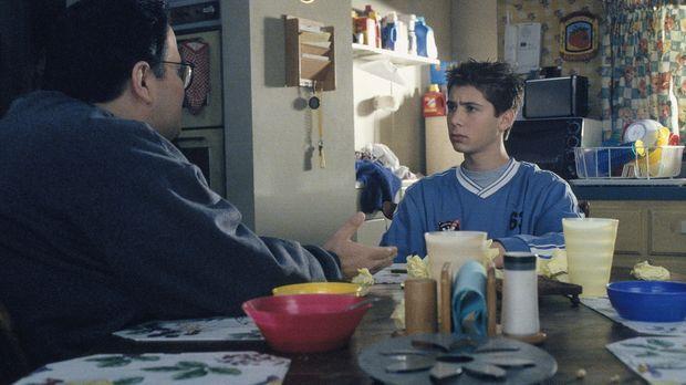 Reese (Justin Berfield, r.) muss leider in den sauren Apfel beißen und Craig...