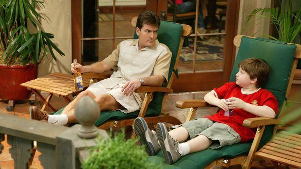 Jake (Angus T. Jones, r.) hat Geburtstag, und zu Charlies (Charlie Sheen, l.)...