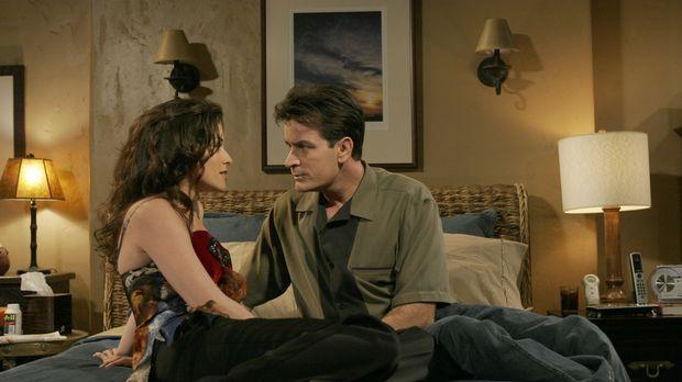 Charlie (Charlie Sheen, r.) hat es nicht leicht mit seiner neuen Freundin Mia...