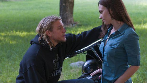 Tara (Maggie Siff, r.) ist eifersüchtig auf Ima, die sich kräftig an Jax (Cha...