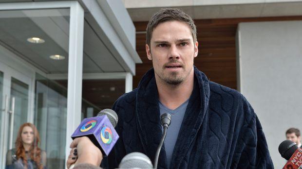 Stellt sich der Presse und gesteht, wer er ist: Vincent (Jay Ryan) ... © 2013...