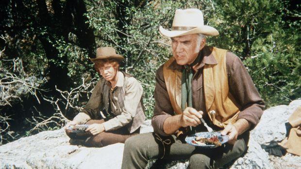 Jamie (Mitch Vogel, l.) begleitet Ben Cartwright (Lorne Greene, r.) auf einem...