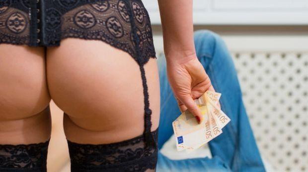Frau bezahlt einen Callboy für Sex