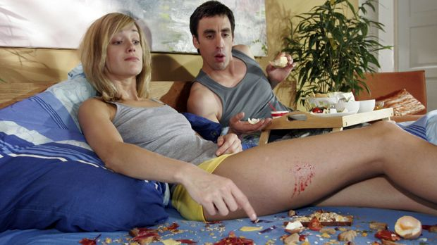 Nicht schon wieder Frühstück im Bett! Tom (Alexander Schubert, r.) ist enttäu...
