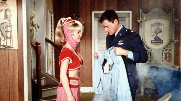 Als Jeannie (Barbara Eden, l.) versucht, ihrem Meister Tony (Larry Hagman, r....