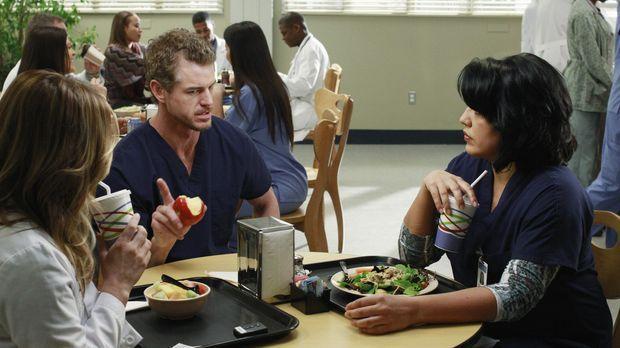 Während Mark (Eric Dane, M.) Arizona (Jessica Capshaw, l.) und Callie (Sara R...