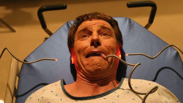 Hal (Bryan Cranston) muss sich einer Untersuchung unterziehen ... © TM +   20...