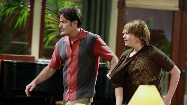 Da Jake (Angus T. Jones, r.) so unverschämt zu Chelsea ist, greift Charlie (C...