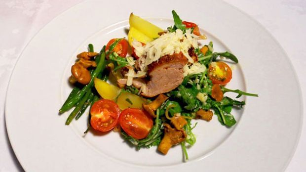 Das zarte Filet wird mit lauwarmem Pfifferlingssalat serviert