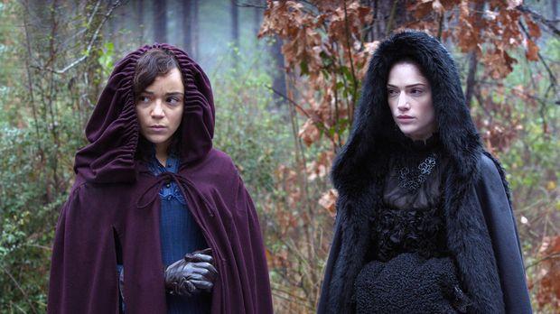 Tituba (Ashley Madekwe, l.) und Mary (Janet Montgomery, r.) erkennen, dass si...