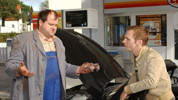 An der Tankstelle: Markus Majowski (l.) und Ralf Schmitz (r.) © Stephen Power...