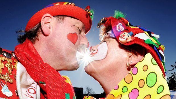 karneval-fasching-kuss-11-03-07-dpa