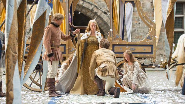 Anthony Rivers (Ben Lamb, l.) nimmt feierlich die frischgekrönte Königin Eliz...