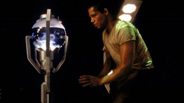 Der junge Mann (Jack Noseworthy) will die künstliche Intelligenz des Raumschi...