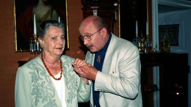 Marthe Posche (Maria Singer, l.), Besitzerin eines Antiquitätengeschäfts, ver...