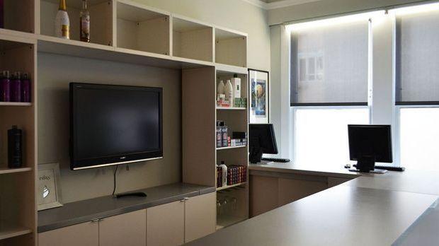 TV-Wand mit aufgehängtem Bildschirm