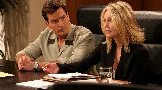 Charlie Harper (Charlie Sheen, l.) muss erkennen, dass die Anwältin Laura Lan...