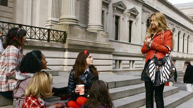Die Mädchen treffen sich zum täglichen Klatsch und Tratsch: (sitzend, v.l.n.r...