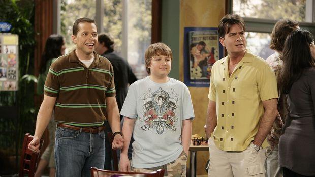 Alan (Jon Cryer, l.) ist mit seinem Bruder Charlie (Charlie Sheen, r.) und se...