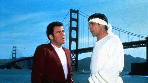 Admiral Kirk (William Shatner, l.) und Mr. Spock (Leonard Nimoy, r.) haben si...