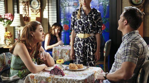 Als Lemon (Jaime King, M.) sieht, wie gut sich AnnaBeth (Kaitlyn Black, l.) u...