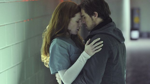 Alex (Bridget Regan, l.) kann es nicht fassen, als plötzlich Vincent (Jay Rya...