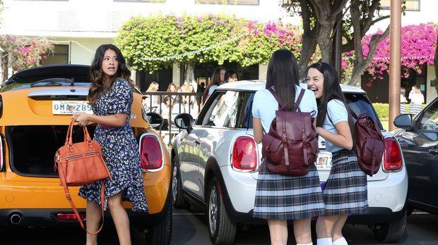 Jane the Virgin - Als sich Jane (Gina Rodriguez, l.) und ihr Vater Rogelio en...