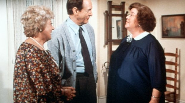 Ohne Einladung taucht Zuleika Dunbar (Pearl Shear, l.) bei Rose (Peggy Rea, r...