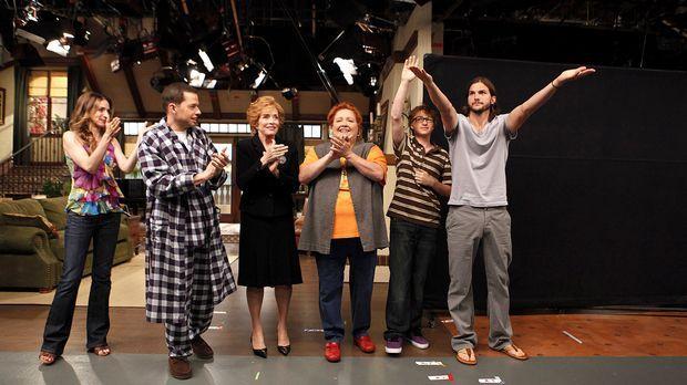 (9. Staffel) - Two and a Half Men: (v.l.n.r.) Judith (Marin Hinkle), Alan (Jo...